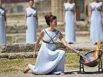 Торжественная церемония зажжения олимпийского огня в Греции