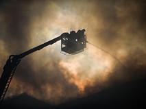 Сотрудники пожарной службы тушат возгорание