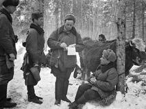 Командир и бригадный комиссар принимают донесение разведчика во время Великой Отечественной войны
