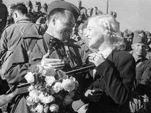 Любовь Орлова провожает солдат на фронт