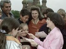 Мирей Матье раздаёт автографы на Красной площади. 1997 год