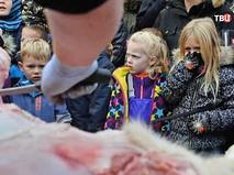 В европейском зоопарке прилюдно расчленяют животное