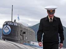 Офицер у атомной подводной лодки
