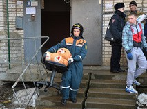 Сотрудник МЧС РФ во время эвакуации жителей