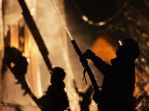 Сотрудники пожарной службы МЧС во время тушения пожара