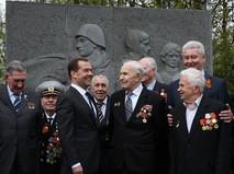 Председатель правительства РФ Дмитрий Медведев и мэр Москвы Сергей Собянин во время встречи с ветеранами Великой Отечественной войны