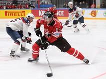 Игрок сборной Канады Брэд Маршан (справа) и игрок сборной США Давид Варсовски