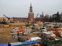 Строительные работы на месте снесенного 14-го корпуса Кремля в Москве