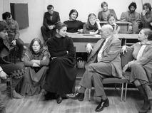 Сергей Герасимов обсуждает репетицию спектакля со своими учениками