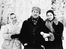 Сергей Герасимов с супругой Тамарой Макаровой и племянницей Эммой во время загородной прогулки