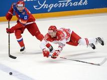 Игрок сборной России Павел Дацюк и игрок сборной Дании Николай Элерс в матче группового этапа чемпионата мира по хоккею