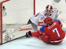 Игрок сборной России Иван Телегин забрасывает шайбу в матче группового этапа чемпионата мира по хоккею между сборными командами России и Швейцарии