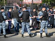 Сотрудники полиции у Хованского кладбища в Москве