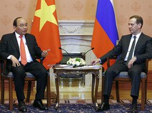Председатель правительства России Дмитрий Медведев и премьер-министр Вьетнама Нгуен Суан Фук во время встречи