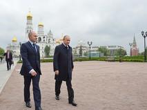 Президент России Владимир Путин во время осмотра парка в Кремле