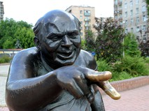 Памятник, посвященный народному артисту СССР Евгению Леонову