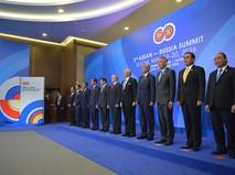 Владимир Путин (шестой справа) на совместном фотографировании глав делегаций-участников саммита Россия — АСЕАН