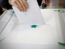 Избирательный бюллетень и урна на выборах