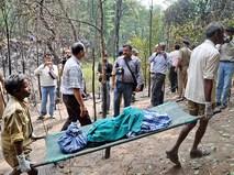 Эвакуация тел погибших с места происшествия в Индии