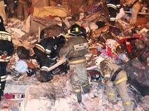 Сотрудники МЧС во время аварийно-спасательных работ на месте обрушения перекрытий в одном из подъездов жилого пятиэтажного дома в Междуреченске