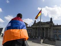 Митингующий около здания Рейхстага в Берлине