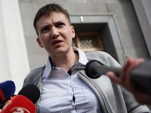 Надежда Савченко во время общения с журналистами