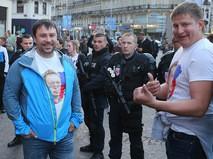 Сотрудники полиции и российские болельщики на одной из улиц во французском городе Лилле