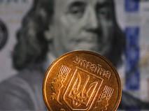 Денежная купюра долларов США и монета гривны Украины