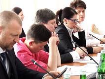 Надежда Савченко засыпает на заседании комитета по обороне