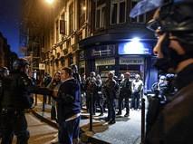 Сотрудники полиции общаются с болельщиками на одной из улиц Лилля, Франция
