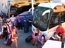 Сотрудники МЧС вывозят детей из лагеря на Сямозере