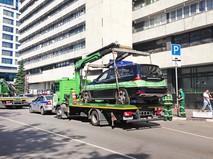 Эвакуатор увозит автомобиль