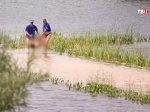 Сотрудники МЧС извлекают тело утонувшего