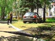 Автомобиль пробил забор школы