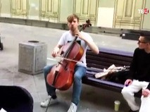 Музыкант Семен Лашкин играет на виолончели на Никольской улице