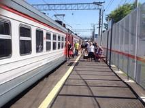 Электричка на железнодорожной платформе