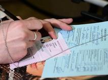 Автовладелец заполняет документы для оформления водительского удостоверения