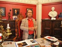 Александр Шилов в своей галерее