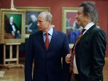 Владимир Путин во время посещения галереи народного художника СССР Александра Шилова