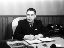 Леонид Ильич Брежневв в своём рабочем кабинете