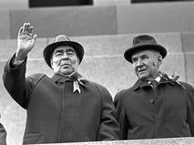 Леонид Ильич Брежнев и Алексей Николаевич Косыгин на трибуне Мавзолея