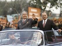 Леонид Ильич Брежнев приветствует жителей Кишинёва во время празднования 50-летия образования Молдавской ССР