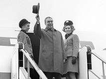Леонид Ильич Брежнев на трапе самолёта в аэропорту Внуково