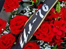 Траурный венок по погибшим членам экипажа разбившегося под Иркутском Ил-76