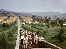 Советские туристы на экскурсии в городе Горном Милановаце