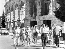 Советские туристы у древнеримского амфитеатра в городе Пуле