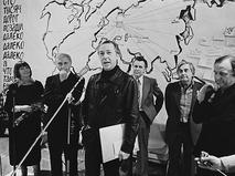 Главный режиссёр МХАТа имени М.Горького Олег Ефремов поздравляет коллектив театра на Таганке в 15-летним юбилеем