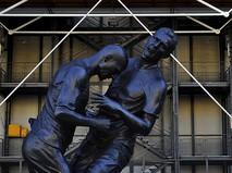 Статуя футболиста Зинедина Зидана, наносящего удар головой в грудь Марко Матерацци