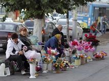Женщины торгуют цветами на улице города Рязань