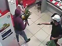Ограбление банка с букетом цветов